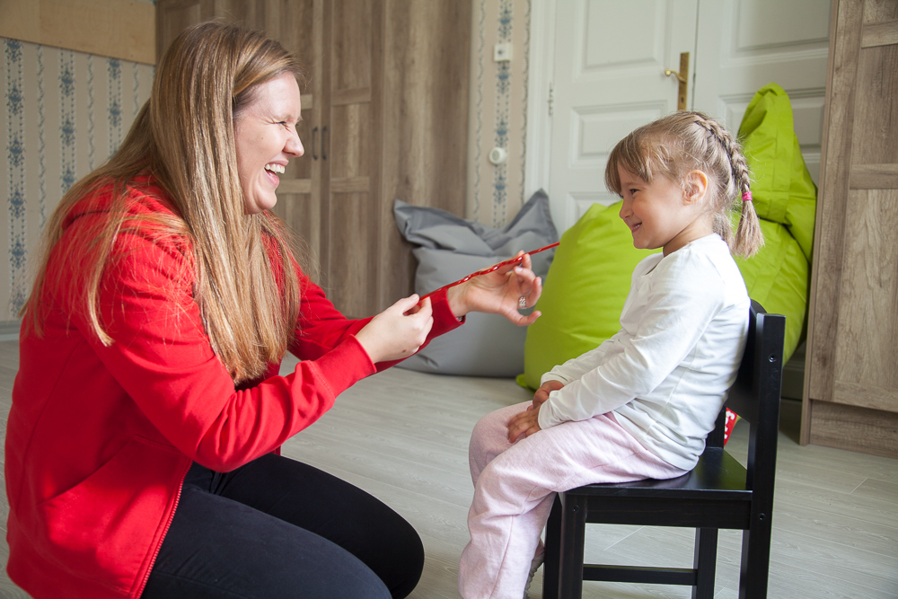 Puheterapia auttaa lapsia kielen kehityksen häiriöissä.