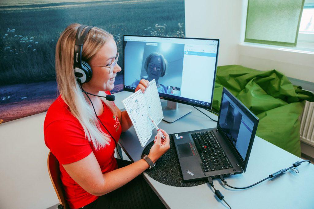 Puheterapia onnistuu myös etäkuntoutuksena tietokoneen välityksellä.